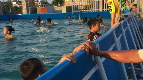 Hàng loạt bể bơi di động được lắp ở trường tiểu học